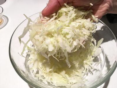 Weisskohl hobeln, mit Essig, Salz und Öl vermischen