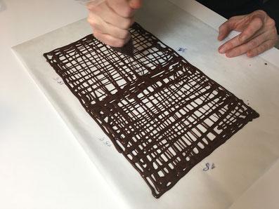 Mit dem Spritzsack das Schokoladendach zeichnen