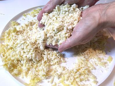 Die Kartoffeln mit dem Mehl verreiben