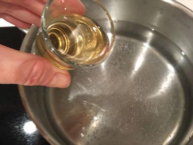Wasser mit Salz, Zucker und Essig erhitzen