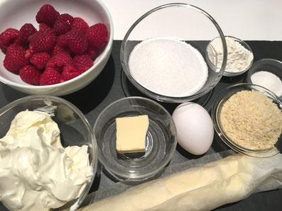 Zutaten: süßen Mürbeteig,  Himbeeren, Sauerrahm, Ei, Zucker, Mehl, Vanillezucker, Mandeln, Butter