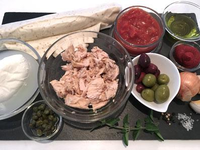 Zutaten: Pizzateig, Thon, Tomaten, Tomatenpüree, Zwiebeln, Knoblauch, Oliven, Kapern, Mozzarella, Oregano, Basilikum