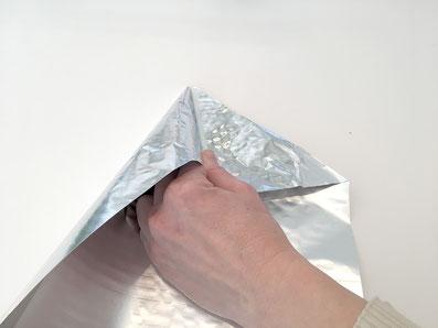 Falte die restliche Folie auf der Länge des Kegels zu einem Dreieck