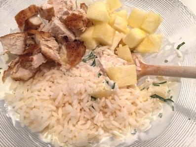 Reis, Hähnchen und Ananas gut mit der Sauce vermischen