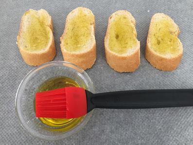 Baguette mit Öl und Knoblauch bestreichen