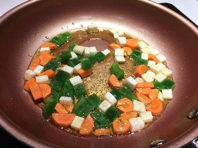 Karotten, Knollensellerie und Peperoni im Olivenöl dünsten