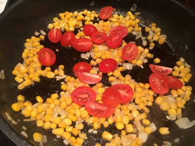 Zwiebeln, Tomaten und Mais in Butter anschwitzen