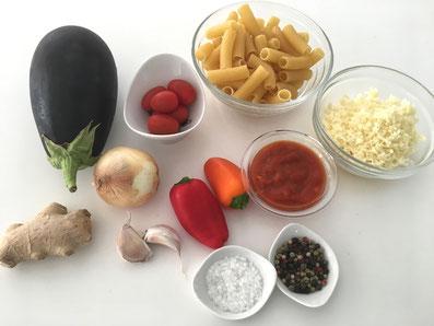 Zutaten: Penne, Aubergine, Cherry Tomaten, Tomatenmark, Peperoni, Zwiebel, Knoblauch, Ingwer, Käse, Olivenöl, Meersalz, Salz, Pfeffer