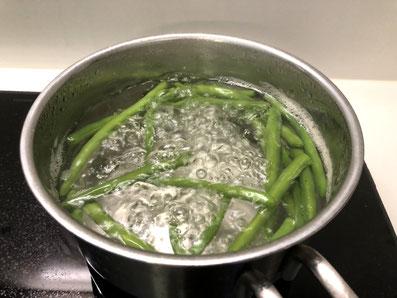 Bohnen blanchieren, abgießen und abschrecken