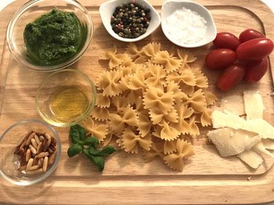 Zutaten: Farfalle, Cherry Tomaten, Olivenöl, Pesto, Pinienkerne, Parmesan, Basilikum, Salz, Pfeffer