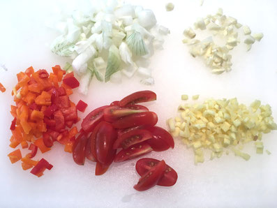 Zwiebeln, Knoblauch, Peperoni, Ingwer grob hacken und die Tomaten vierteln