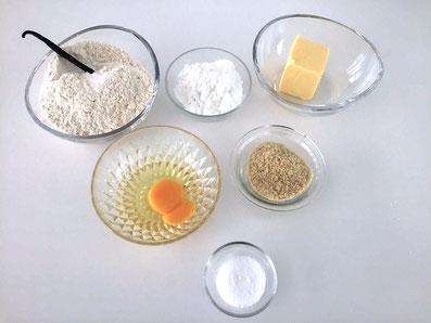 Zutaten für den Teig: Mehl, Puderzucker, gemahlene Mandeln, Butter, Vanilleschote, Eigelb