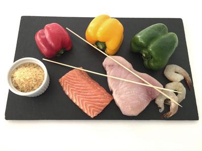 Zutaten: Lachs, Schwertfisch, Riesencrevetten,  rote, gelbe und grüne Peperoni, Zwiebeln