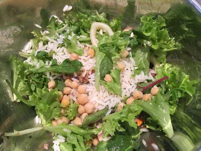 Die Salat-Zutaten vermischen