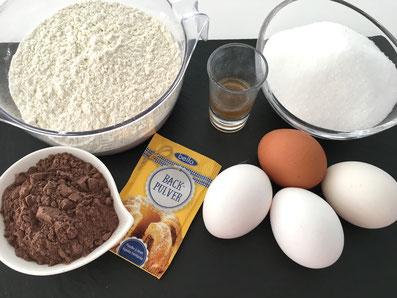 Zutaten Kuchen: Mehl, Zucker, Eier, Kakao, Backpulver, Essig