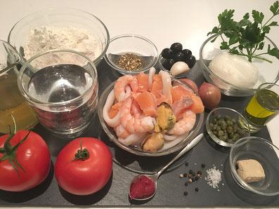 Zutaten: Pizza-Teig, Meeresfrüchte, Tomaten, Mozzarella, Gewürze. Oliven, Kapern