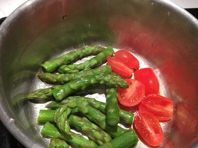 Spargelspitzen und Cherry Tomaten in etwas Butter erwärmen
