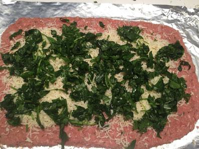 Käse und Spinat auf die Fleischmasse geben