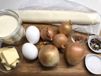 Zutaten: Kuchenteig, gelbe und rote Zwiebeln, Butter, Eier, Rahm, Muskat, Salz, Pfeffer
