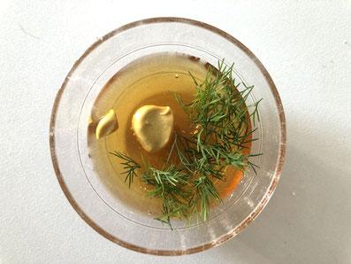 Honig, Senf und Dill vermischen