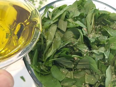 Den Bärlauch mit dem Olivenöl häckseln