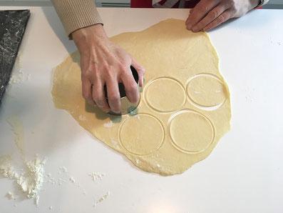 Den Teig zu runden Plätzchen ausstechen