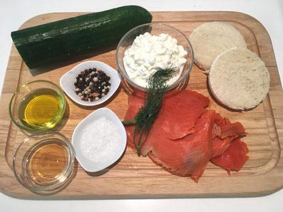 Zutaten: Lachs, Gurken, Hüttenkäse, Toast, Dill, Olivenöl, Aceto balsamico, Zitrone, Zwiebel, Salz und Pfeffer