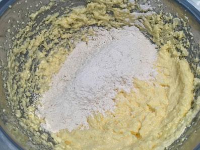 Die Mehlmischung unterziehen