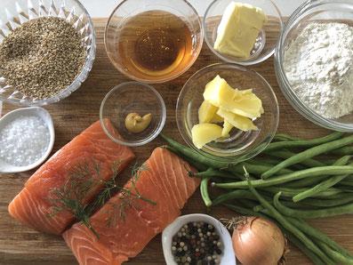Zutaten: Lachs, Mehl, Sesamsamen, Honig, Senf, grüne Bohnen, Zwiebel, Butterschmalz, Butter, Dill, Salz, Pfeffer