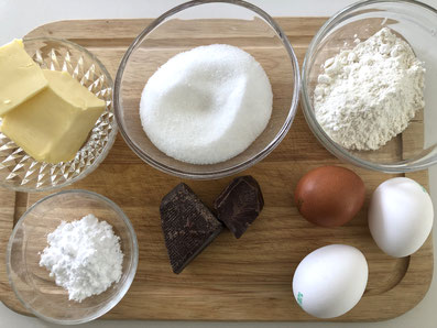 Zutaten: Bitterschokolade, Butter, Eier, Zucker, Mehl, Puderzucker, Pfefferminzblätter
