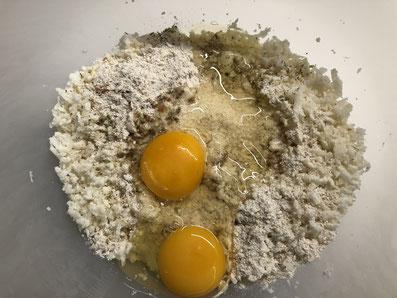 Die Eier über der Masse aufschlagen