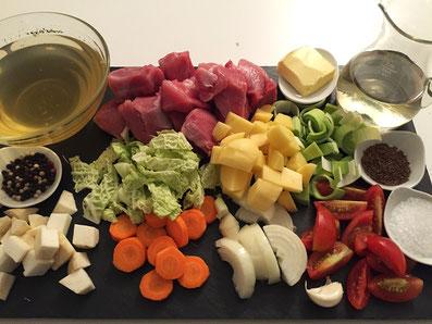 Zutaten: Fleisch, Kartoffeln, Sellerie, Kohl, Karotten, Zwiebeln, Knoblauch, Lauch, Cherry Tomaten, Kümmel, Weisswein, Bouillon