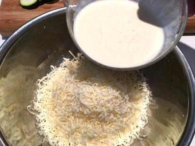 Den geriebenen Käse mit dem Rahm vermischen
