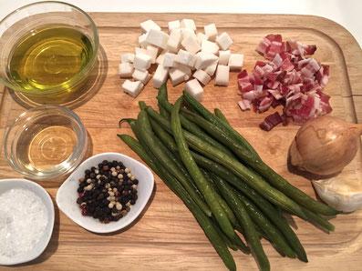 Zutaten: grüne Bohnen, Ziegenkäse, Speck, Zwiebel, Knoblauch, Olivenöl, Apfelessig, Zucker, Salz, Pfeffer