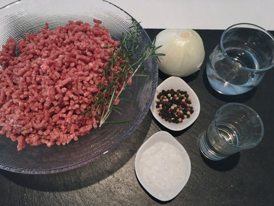 Zutaten für die Füllung: Hackfleisch, Zwiebel, Wasser, Salz, Pfeffer