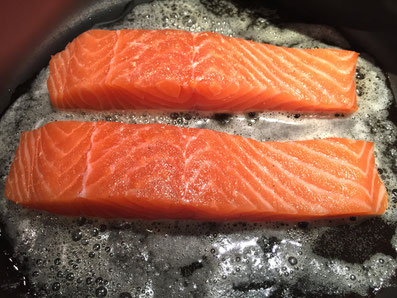 Den Lachs in Butter goldbraun anbraten