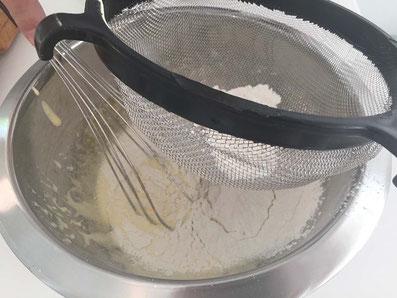 Das gesiebte Mehl und die Maisstärke nach und nach dazugeben