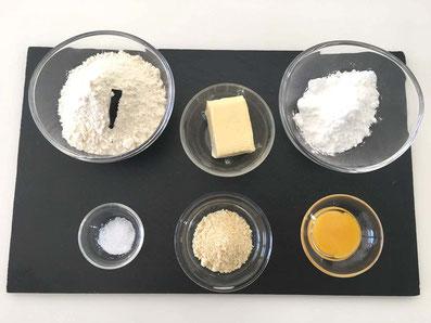 Zutaten für den Mürbeteig: Mehl, Butter, Puderzucker, Eigelb, Vanilleschote, gemahlene Haselnuss, Salz