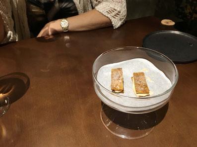 Feuilletée aus knuspriger Hühnerhaut mit salziger Karamelsauce