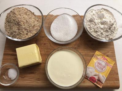 Zutaten: gemahlene Haselnuss, Zucker, Mehl, Butter, Rahm, Vanillezucker, Puderzucker