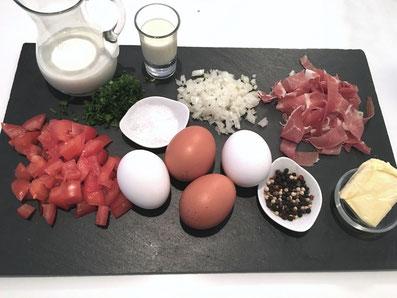 Zutaten: Eier, Schinken, Tomaten, Zwiebel, Petersilie,  Rahm, Milch, Butter, Salz, Pfeffer