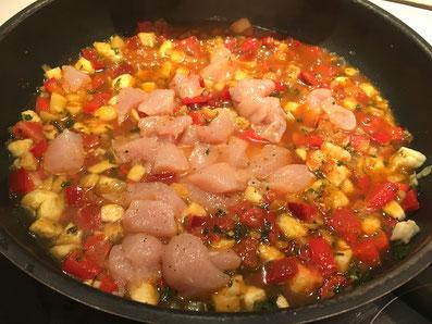 Die Bouillon dazu geben, alles mit dem  Hähnchenfleisch vermischen und kurz aufkochen