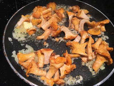 Zwiebeln und Knoblauch in Butter anschwitzen und mit den Pfifferlingen schwenken