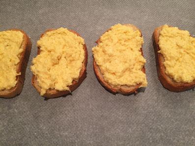 Die mit Weisswein beträufelten Brotscheiben mit der Käse-Masse bestreichen