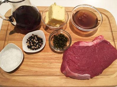 Zutaten: Entrecôte, grüner Pfeffer, Rotwein, Kalbsfond, Butter, Salz und Pfeffer