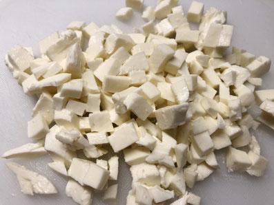 Den Mozzarella in kleine Würfel schneiden