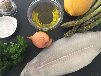 Zutaten: Rotzunge, Olivenöl, Zitronenzesten, Zitronensaft, Petersilie, Zwiebel, grüner Spargel, Salz, weissen Pfeffer