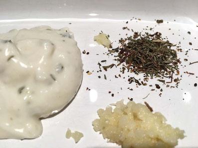 Zutaten für die Marinade: Joghurt, Knoblauch, Thymian, Basilikum
