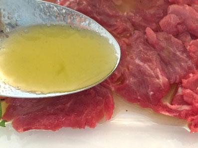Das Fleisch mit der Sauce beträufeln
