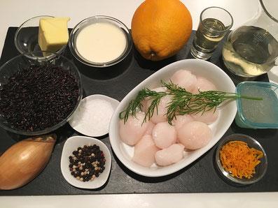 Zutaten: Kammmuscheln, Orangen, Weisswein, Noilly Prat, Fischfond, Rahm, Butter, Zwiebel, Dill, schwarzer Reis, Salz, Pfeffer